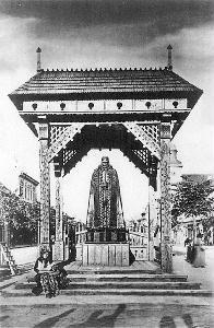 A Kárpátok Őre egykor a Deák Ferenc utca elején állt.